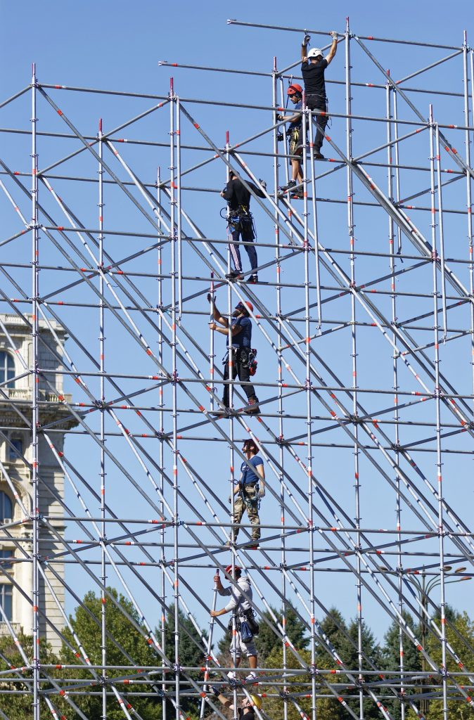 Workers while in a scaffolding