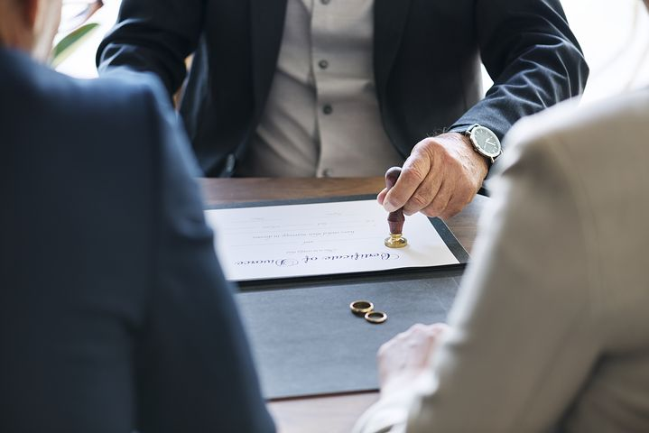 Couple signing their divorce paper in front of a divorce lawyer in Sydney